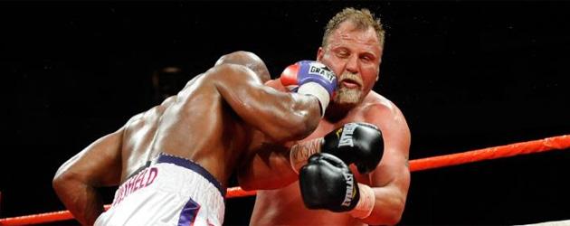 Evander Holyfield golpea a Francois Botha en el octavo asalto (FOTO: AFP)