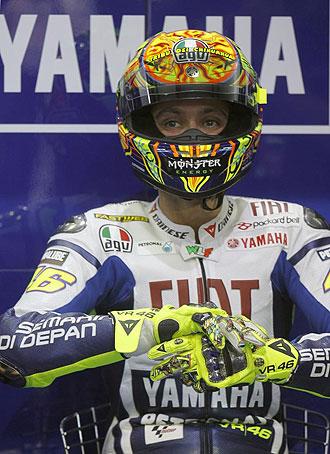 Valentino Rossi, meditabundo en el box de Yamaha.
