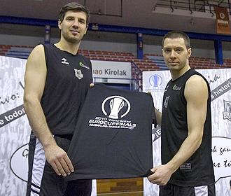 Banic y Salgado posan con una camiseta conmemorativa de la Eurocup.