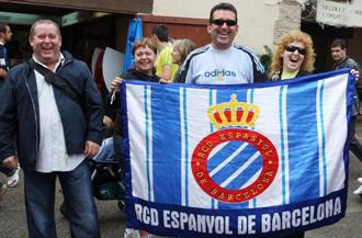 Seguidores del Espanyol a las puertas de Cornell�-El Prat