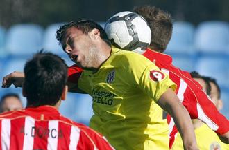 Catal� disputa un bal�n ante jugadores del Villarreal B