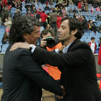Quique y Gorosito se saludan antes del inicio del encuentro