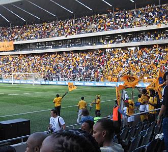Aficionados animando en un partido de fútbol en Sudáfrica