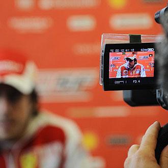 Fernando Alonso atiende a los medios desplazados a Shanghai.