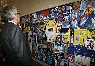 Daniel S�nchez Llibre admira un panel con art�culos de homenaje al desaparecido Jarque.