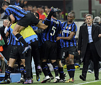 Los jugadores del Inter celebran el gol de Maicon.
