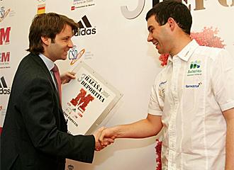 Juan Men�ndez recoge el premio a la haza�a deportiva MARCA.