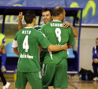 Schumacher, Torras y Neto se abrazan tras conseguir un tanto