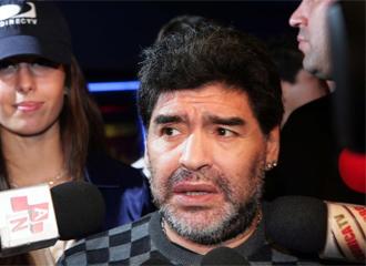 Maradona atiende a los medios.