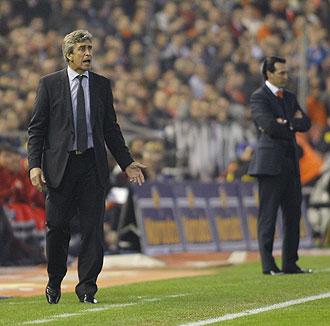 Pellegrini y Emery siguen las evoluciones de sus equipos en el partido de la primera vuelta jugado en Mestalla.