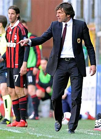 El brasile�o Leonardo, entrenador del Milan, se desga�ita en la banda.