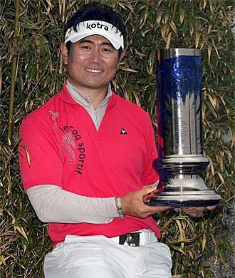 Yang exhibe el trofeo del Abierto de China