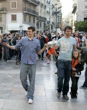 Claver y Nielsen caminan por la calle con el trofeo de la Eurocup rodeados de aficionados