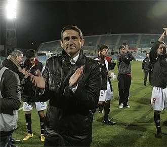 Manolo Jim�nez aplaude a los aficionados sevillistas presentes en el Coliseum durante la vuelta de las semifinales de Copa.