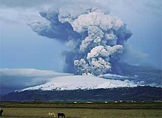 El volc�n island�s Eyjafjallajokull, en erupci�n.