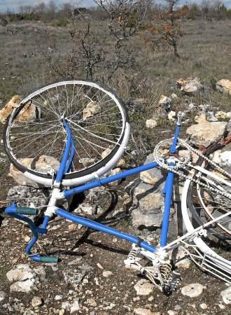 Los gamberros han tirado al suelo el monumento a Lance Armstrong en la localidad de Antig�edad.