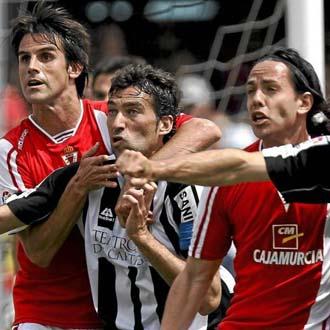 Jugadores del Cartagena y el Murcia luchan en un saque de esquina
