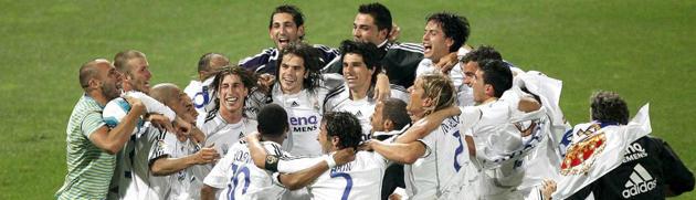 Los jugadores del Real Madrid hacen pi�a en el Bernab�u tras conquistar la Liga 06/07