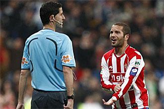 Alberto Lora protesta una jugada a un asistente durante un partido de esta temporada