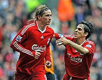 Benayoun y Torres celebran un gol.