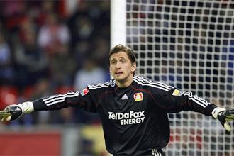 Adler defendiendo su porter�a contra el Schalke 04.