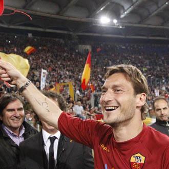 Totti celebra la victoria en el derbi con sus aficionados