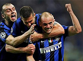 Sneijder celebra el primer gol local.