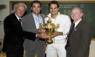 Roger Federer posa con su sexto trofeo de Wimbledon junto a Bjorn Borg, Pete Sampras y Rod Laver