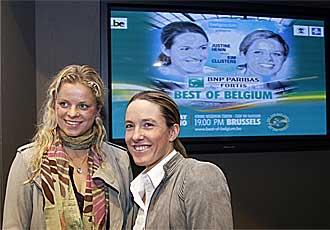 Kim Clijsters y Justine Henin posan este martes durante la presentaci�n del partido.
