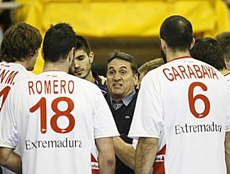 Valero Rivera, el seleccionador nacional, da instrucciones a sus jugadores
