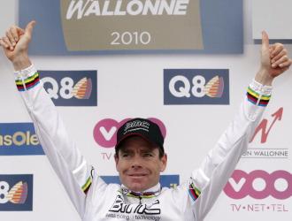 Cadel Evans en el podio de la Flecha Valona.