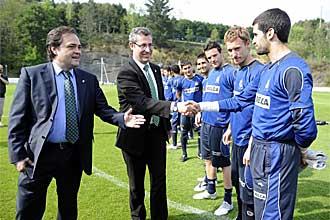 Jokin Aperribay presenta uno a uno a los jugadores de la Real Sociedad a Markel Olano