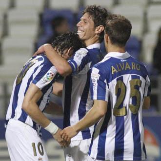 �lvaro Ant�n celebra un gol con el resto de los compa�eros