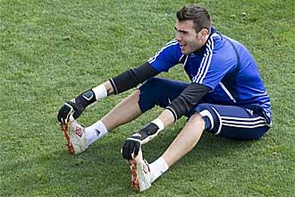 Roberto Jim�nez realiza estiramientos durante un entrenamiento del Zaragoza