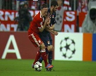 Ribery hizo esta dura entrada al tobillo de Lissandro.