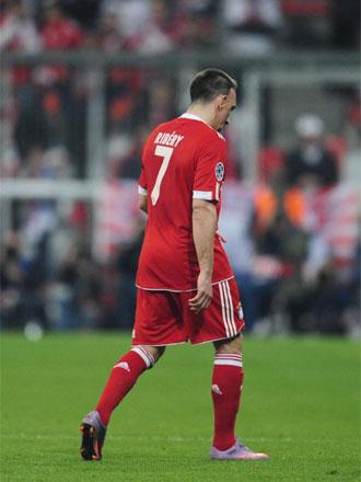 Momento en el que Ribery se marcha del campo tras ser expulsado.