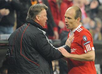 Momento en el que Robben y Van Gaal discuten tras el cambio.