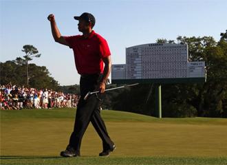 Tiger celebra un punto en Augusta