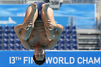 Javier Illana realiza un salto