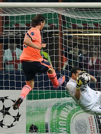 Julio C�sar se adelanta a un remate de Ibrahimovic.