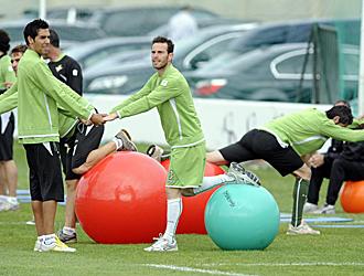 Fernando Vega, con sus medias blancas realizando un ejercicio junto a su compa�ero Juande, durante un entrenamiento del Betis de la semana pasada