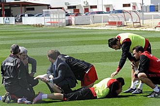 Ivica Dragutinovic es atendido por los servicios m�dicos del Sevilla tras caer lesionado
