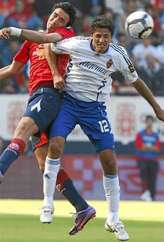 Edmilson disputa un bal�n durante un partido