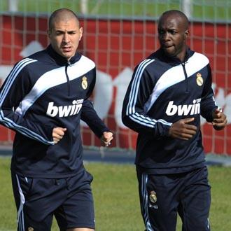 Benzema durante el entrenamiento con su compa�ero en la Selecci�n francesa Lass Diarra