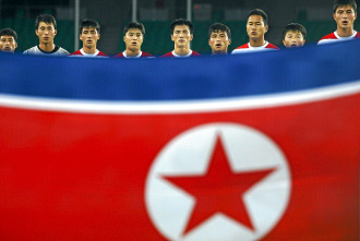 Los jugadores de Corea del Norte escuchan el himno antes de un choque con M�xico en marzo.