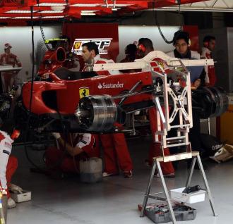 Los mec�nicos de Ferrari trabajan en el monoplaza de Alonso