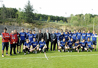 Markel Olano, el Diputado General de la Diputaci�n Foral de Gipuzkoa, visit� esta semana a la plantilla de la Real Sociedad para desearle suerte en el tramo final de la temporada