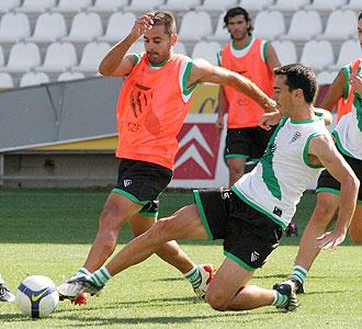 Carpintero, en la imagen tirándose al suelo ante Ito en un entrenamiento del Córdoba, anunció que deja el fútbol en activo en junio