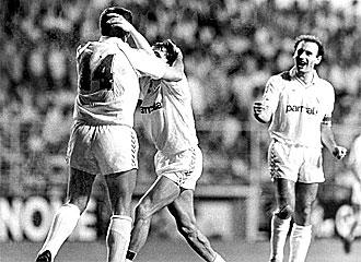 Los jugadores del Madrid celebran un gol frente a Las Palmas en la campa�a 87-88.