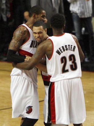 Aldridge y Webster abrazan a Roy durante el partido